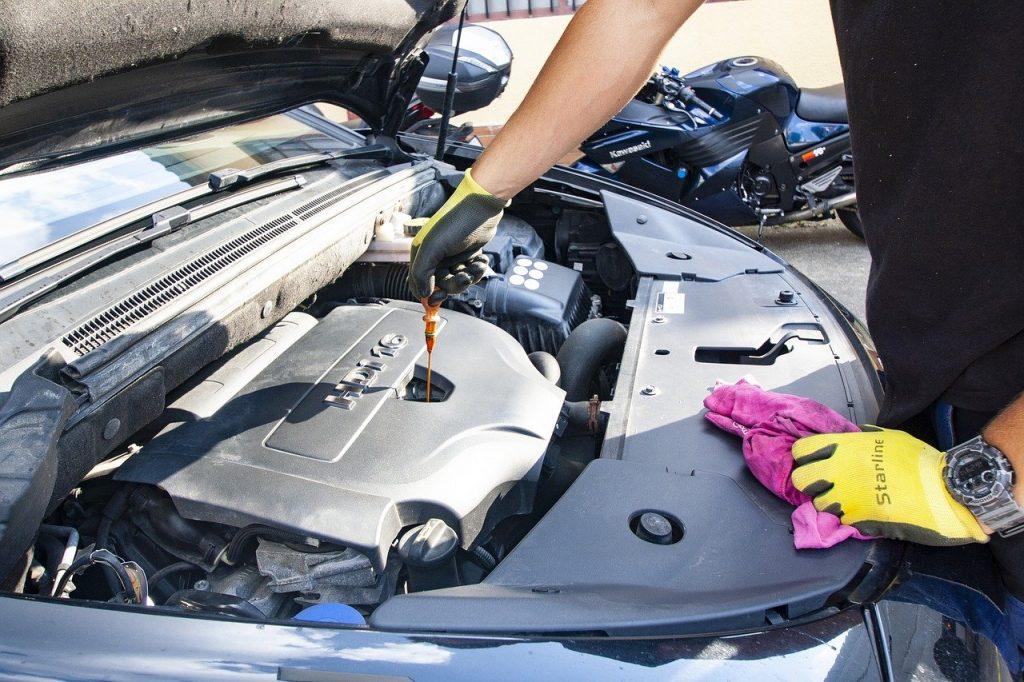 Ölwechsel offene Motorhaube Auto